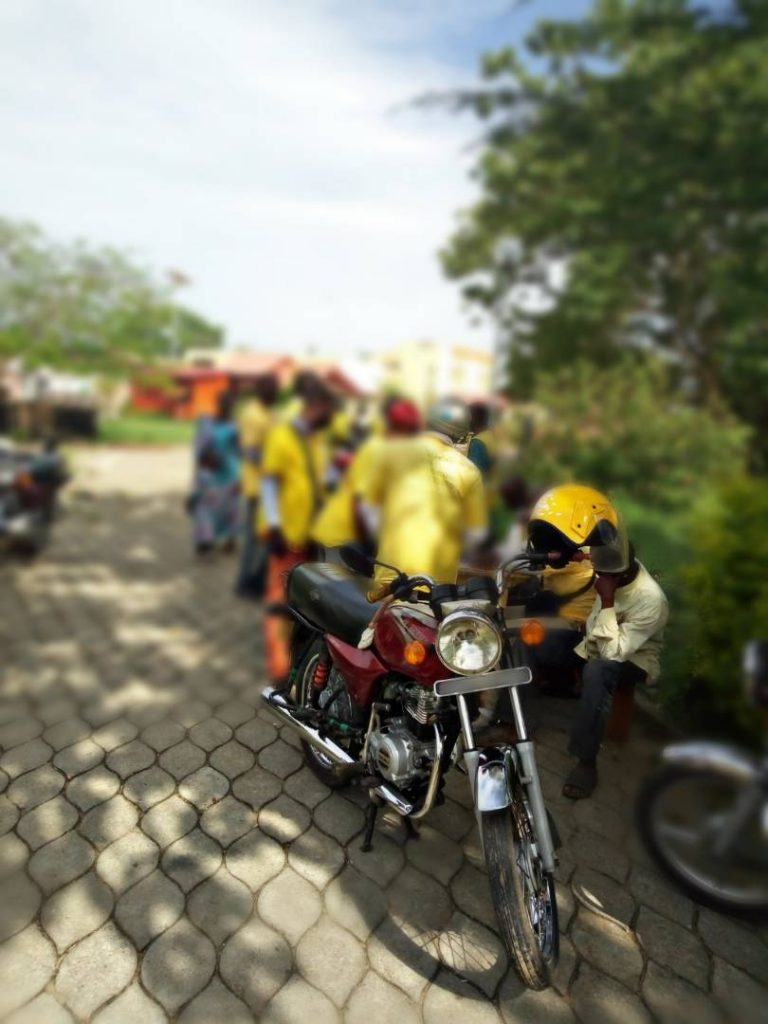 Les zémidjans ou zem, les moto-taxis de Cotonou au Bénin - visiter-le-benin.com ©