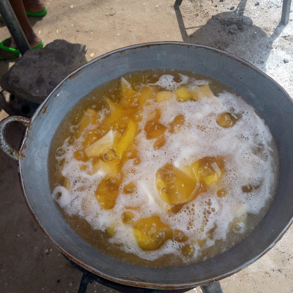 Cuisson Igname frite - Tévi - © Visiter le Bénin